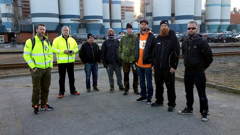 Byggnads ombud Niclas Liljeqvist (t.v.) informerade i morse sina medlemmar om att strejken är igång.