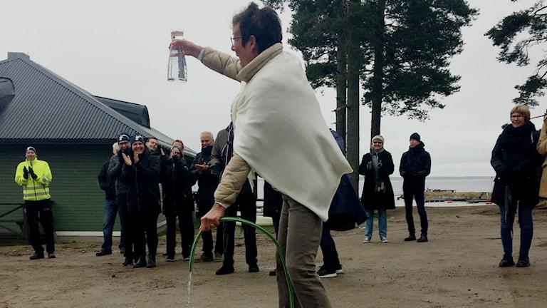 Det moderata kommunalrådet Inger Källgren Sawela fick tappa den första flaskan med vatten.