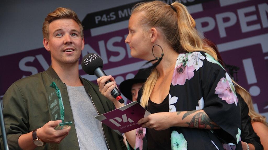 Henrik Lundholm vann när P4 Gävleborg anordnade Svensktoppen Nästa-finalen i fjol, här med programledaren Clara Sagström.