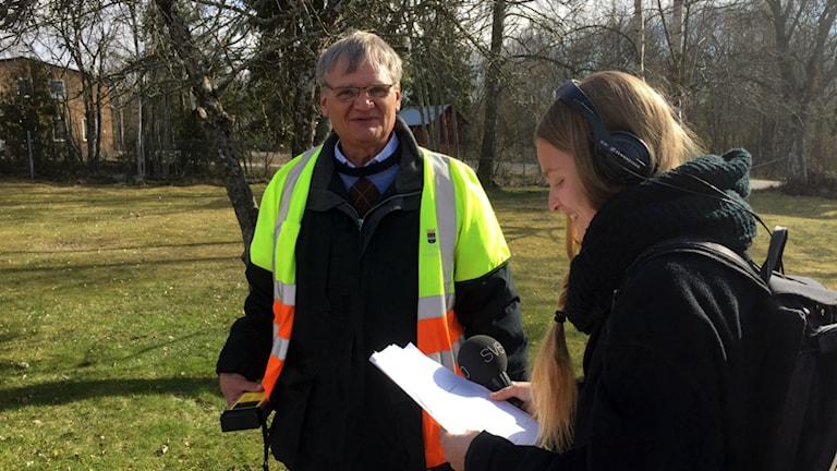 Reporter Clara Sagström är med och mäter strålningsvärden vid Ytterharnäs skola.