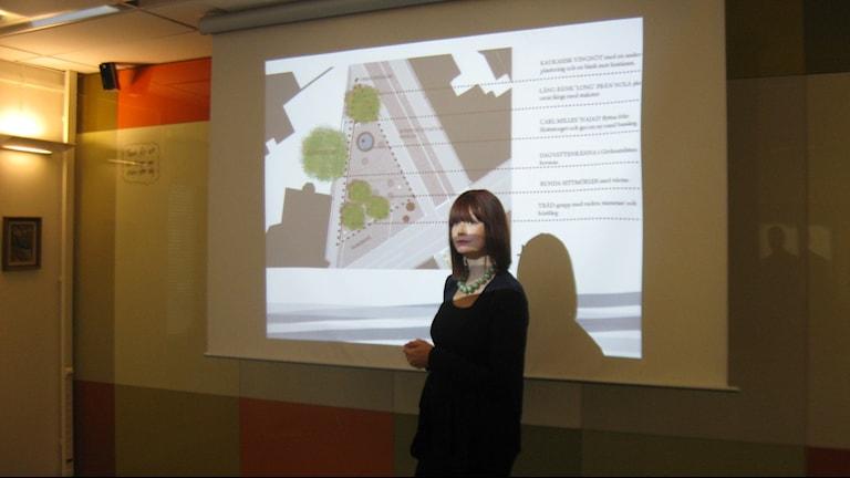 Lo Lennartsson, landskapsarkitekt, visar projekten.