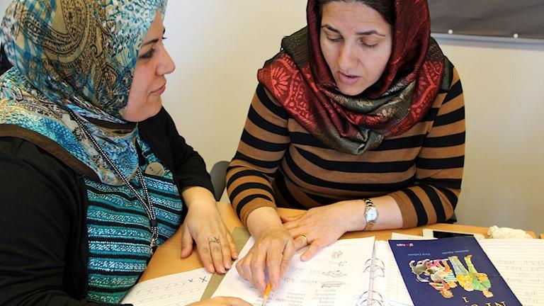 Nazanin från Kurdistan lär sig läsa.