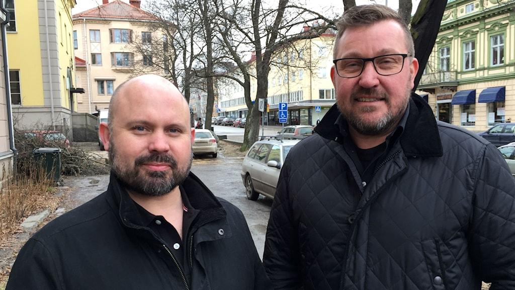 Henrik Fredriksson, styrelseordförande i Roph Invest, tycker attkommunens ledande politikermotarbetar krafter inom näringslivet som vill investera i boenden. Till höger Pär Eriksson, ansvarig för fastigheter.