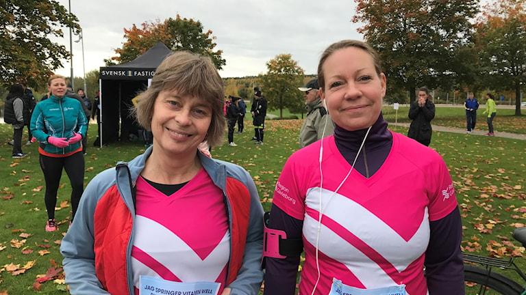 Två träningsklädda kvinnor som ska springa till förmån för Barncancerfonden