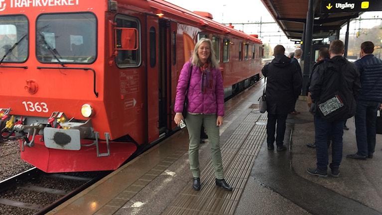 Eva Lindberg framför tåget.