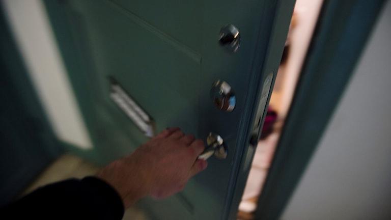 En ytterdörr till en lägenhet öppnas.