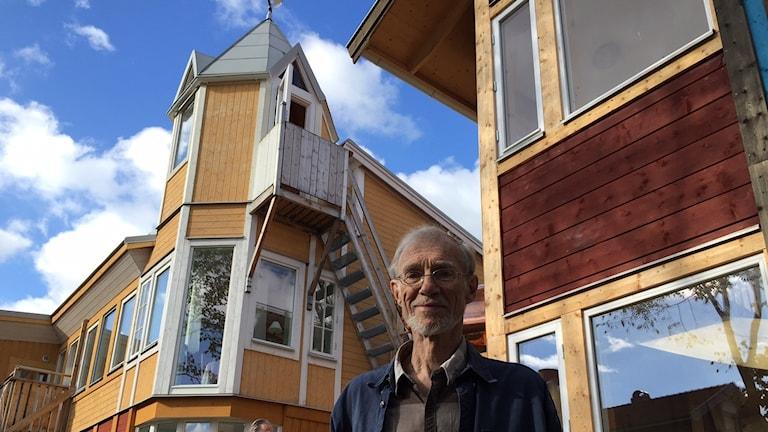 Arkitekten Tony Björklund bakom det ekologiska huset i Hudiksvall.