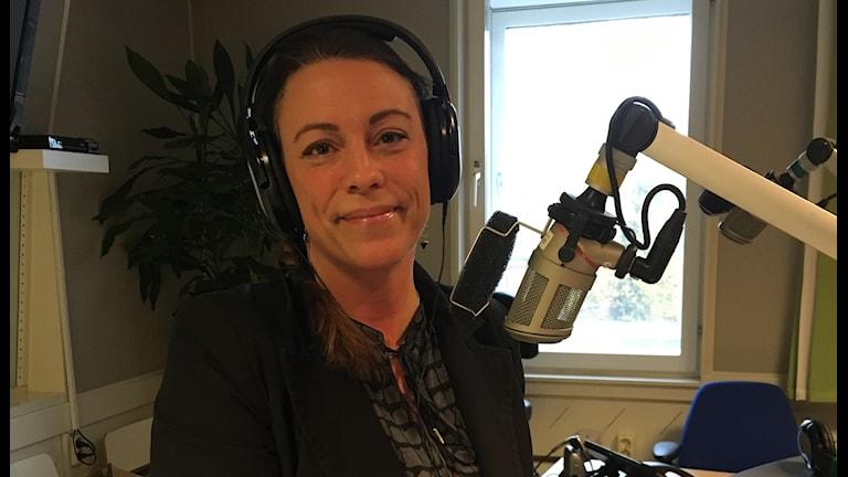 Socionomen och familjebehandlaren Malin Stark i radiostudion.