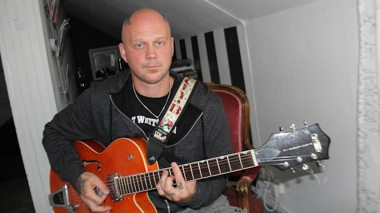 """Musikern Tomas Ek, uppväxt i Bergvik, känner sig utpekad som en dålig pappa i boken """"Nazibruden – en sann historia"""""""