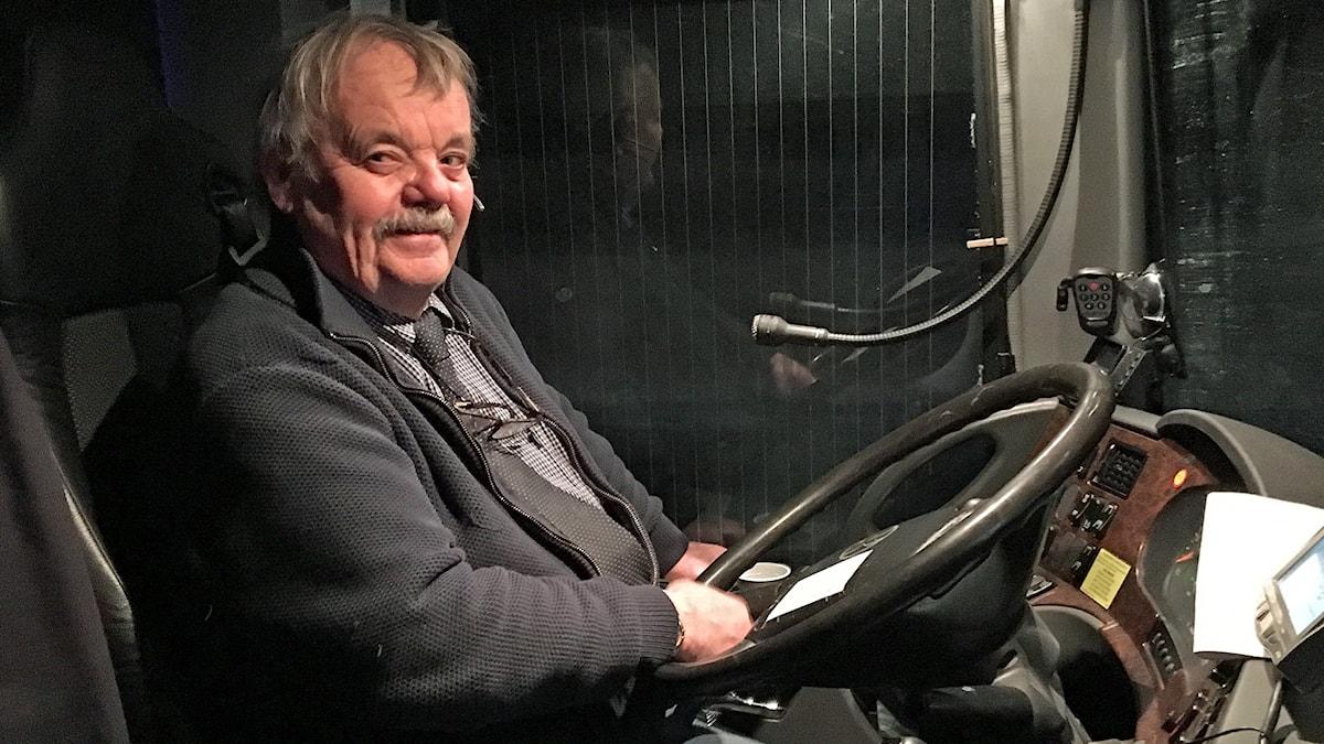 Busschaufför Örjan Svensson bakom ratten