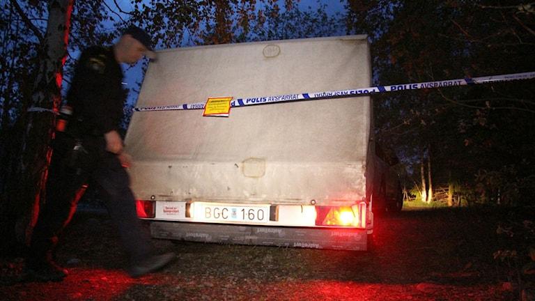 Nationella bombskyddets vagn, polis i förgrunden.