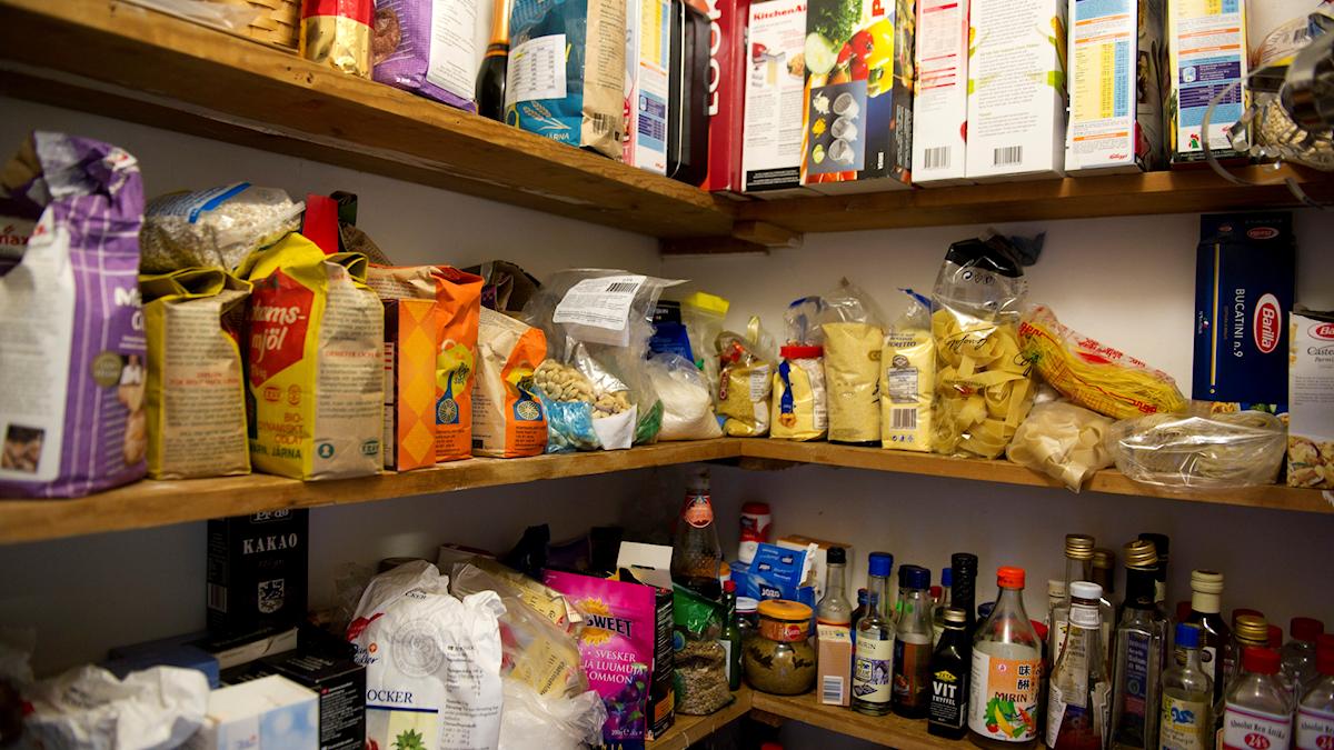 bild på ett skafferi med matvaror