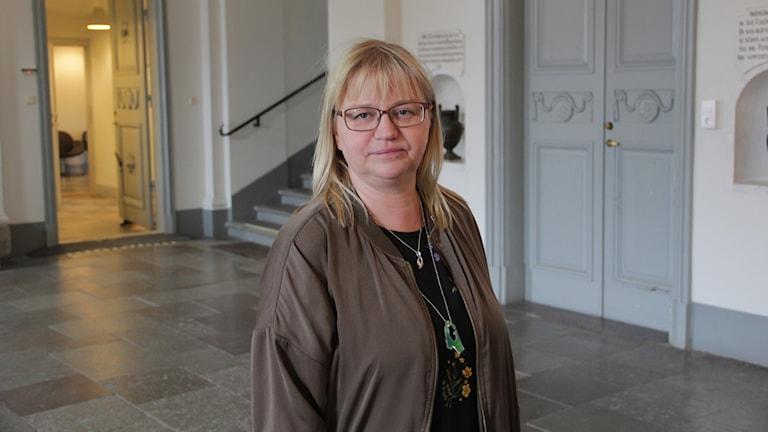 Helene Åkerlind står inne i rådhusets stora entré