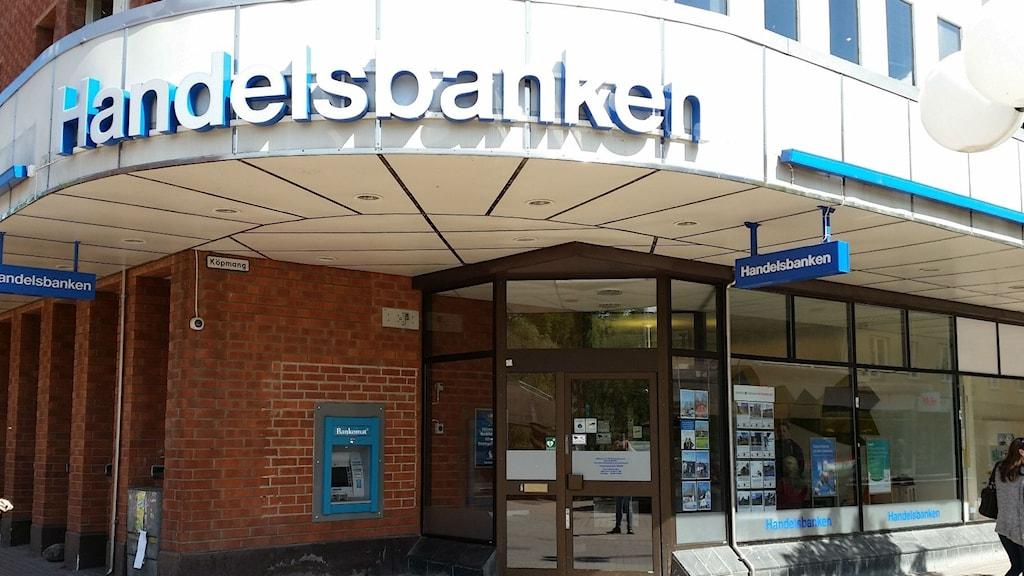 En bild på ett Handelsbanken-kontor med glasrutor ut mot gatan.