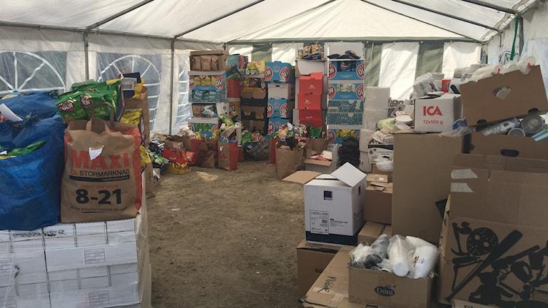I Folkets hus i Färilia finns en uppsamlingsplats där människor kommer och lämnar förnödenheter.