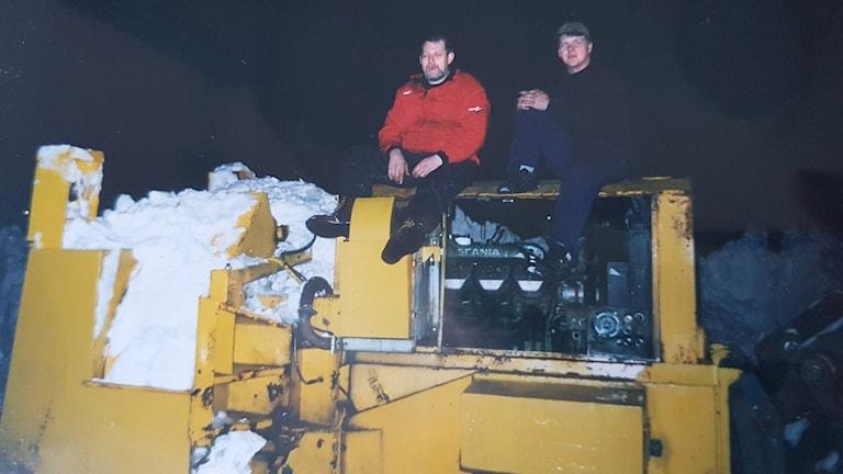Hans Frank, till höger, fick åka ner till Gävle med Hudiksvalls flygfälts stora snöslunga.