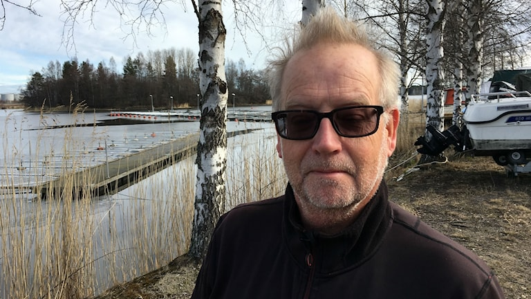 Jan-Erik Flink med Duvön bakom sig där skarvarna nu ser ut att expandera från öar längre ut i skärgården.