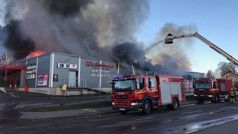 Räddningstjänsten jobbar med släckningsarbetet av Ica-butiken i Järvsö.