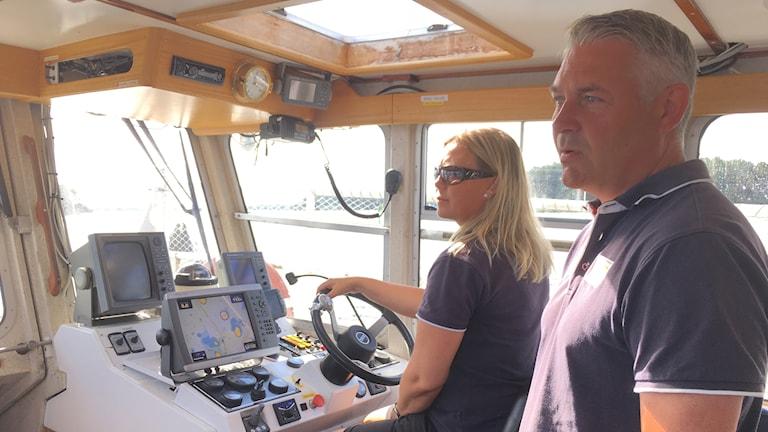 Carina Sjölin kör taxibåten ut till Rönnskär. Henrik Olsson är chef för Skärgårdsverksamheten  i Söderhamns kommun.
