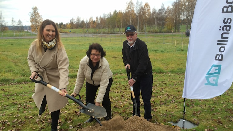 Idag startade bygget av ett flerfamiljshus i Arbrå. Madelene Selander, Lena Sundh Berglund och Ulf Nyrén tog de första spadtagen.