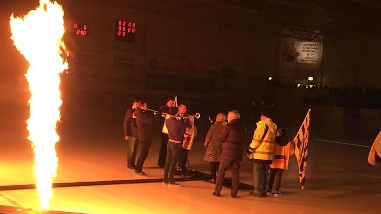 """Politikerna Maria Lind, S, och Magnus Svensson, C, invigde hallen. I bakgrunden syns också hyllningen, en banderoll till avlidne legenden Göran """"Dallas"""" Sedwall, den störste Brobergsprofilen genom tiderna."""