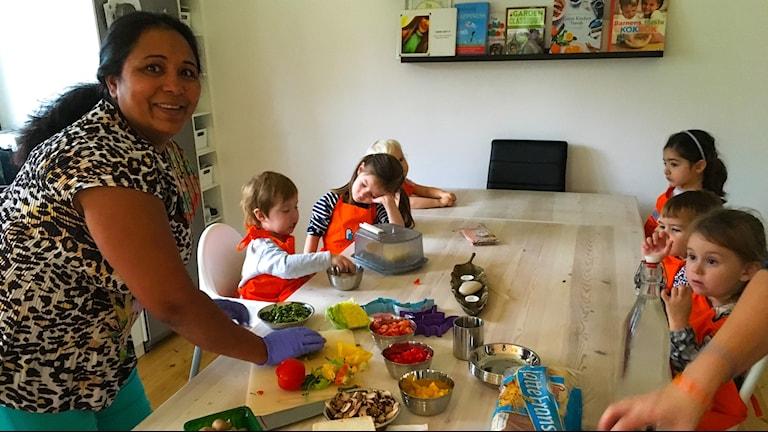 Shashi Berglund lagar pizzaomelett med barnen.