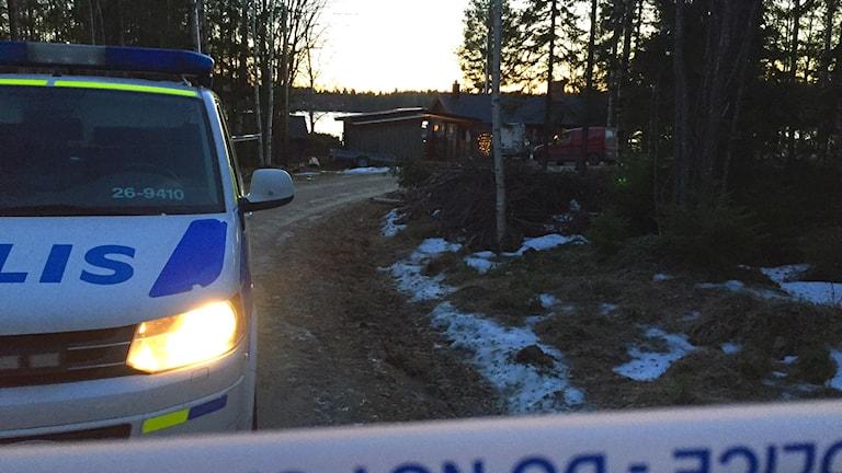 En bild från jakten i fredags på den 20-åring som nu begärts häktad för dubbelmordet i Råbo.