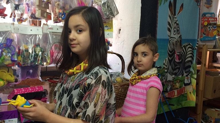Sanya och Maya tittar på de begagnade leksakerna. De verkar roliga att leka med, tycker Maya.