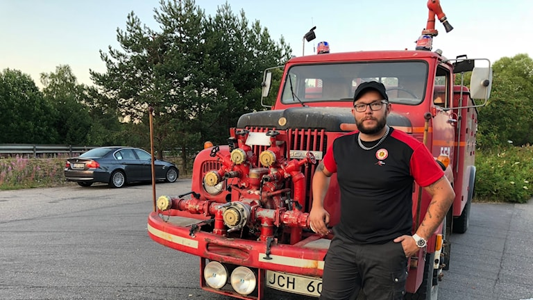 Kristoffer Jonsson med brandbilen från 1977.