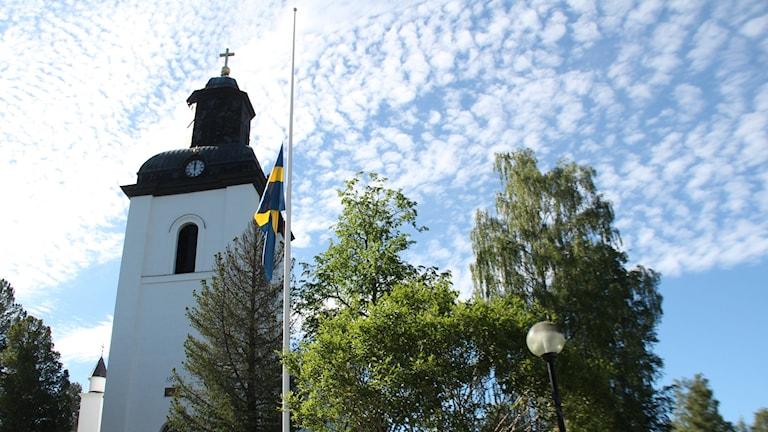 Järvsö kyrka flagga halv stång