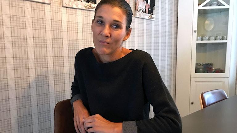 Louise Deime Jutterström från Gävle hemma vid sitt köksbord.