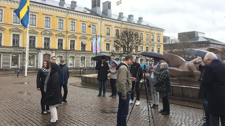 Alliansledningen i Gävle samlades på Råhustorget för en tyst minut med anledning av lastbilsattacken i Stockholm i fredags.