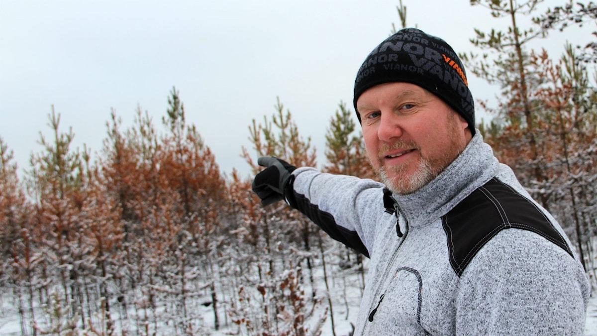 Tomas Lindkvist blev vittne till när helikoptern kom in vid Vitmyren på Enskogen-sidan och släppte vatten.