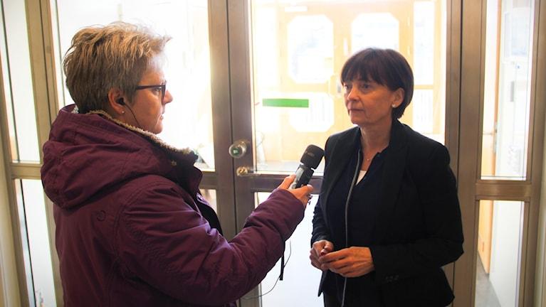 P4 Gävleborgs reporter Agneta Sundberg intervjuar åklagare Birgitta Fernlund i tingshuset i Hudiksvall.