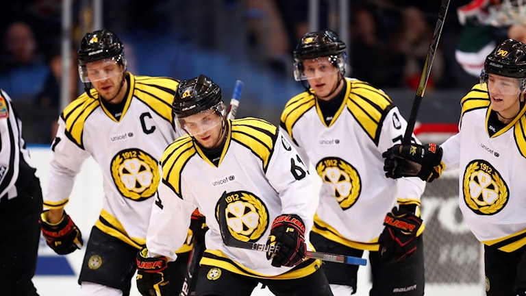 Tre Brynässpelare åker tätt intill varandra på isen och ser nöjda ut.