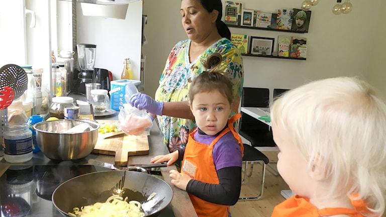 Shashi Berglund lagar kycklingsoppa tillsammans med dagbarnen Clara och Alice.