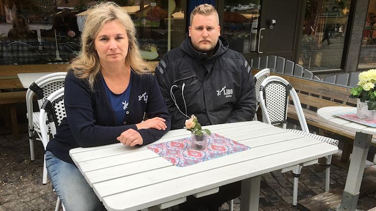 Lotta och Jesper Schenkel är trötta på ungdomsgängens förstörelse på deras uteservering.