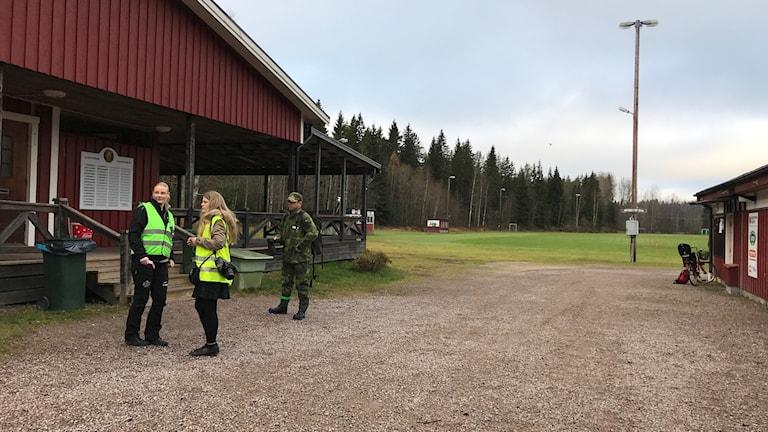 Missing people och militär står framför kansliet på Hagaströms IP