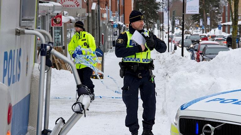 Poliser vid platsen för mordförsöket i centrala Sandviken i lördags.