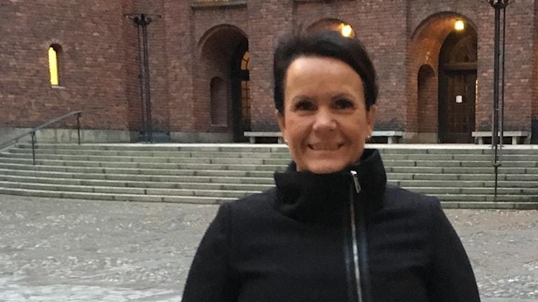 Lotta Lindkvist utanför Stockholms stadshus.
