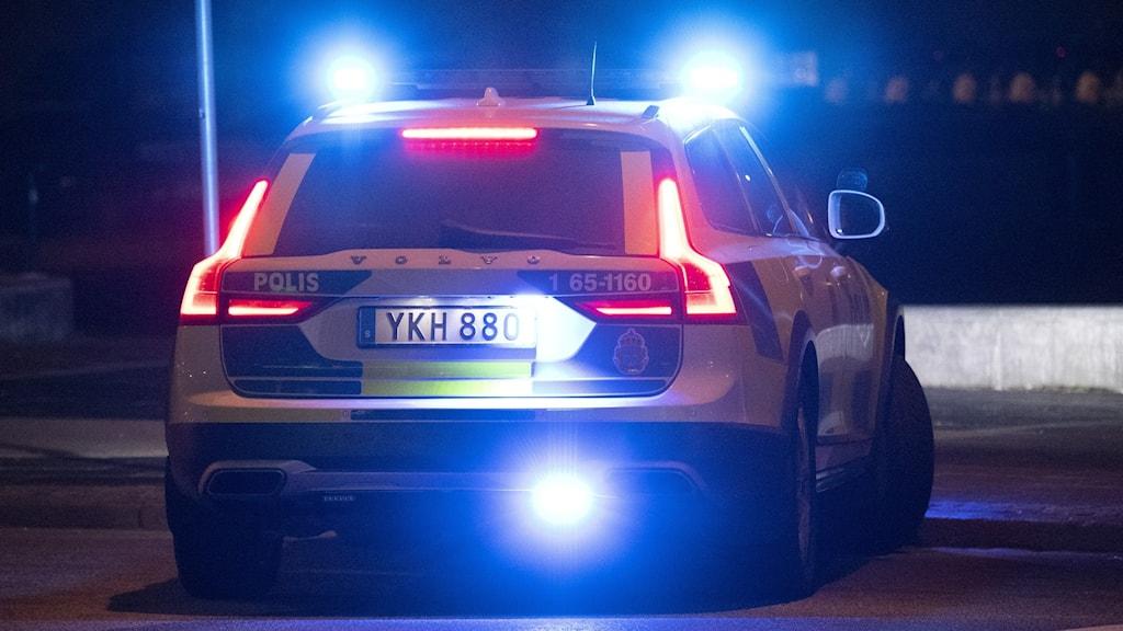 polisbil i kvällsbelysning