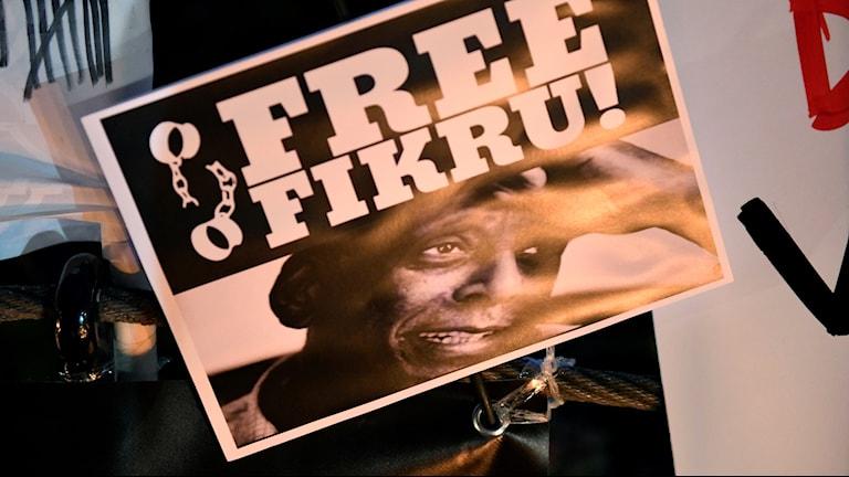 Ett plakat under en manifestation för Fikru Maru.
