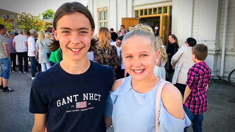 Carl Fernqvist och Clara Berg utanför kyrkan där skolavslutningen hölls
