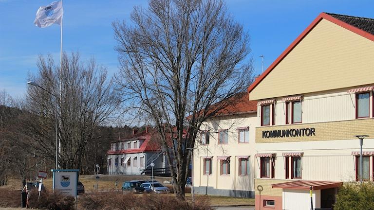 Bilden föreställer nordanstigs kommunkontor. En gul byggnad med texten kommunkontor på. En flagga med nordanstigs kommunvapen vajjar bredvid huset.