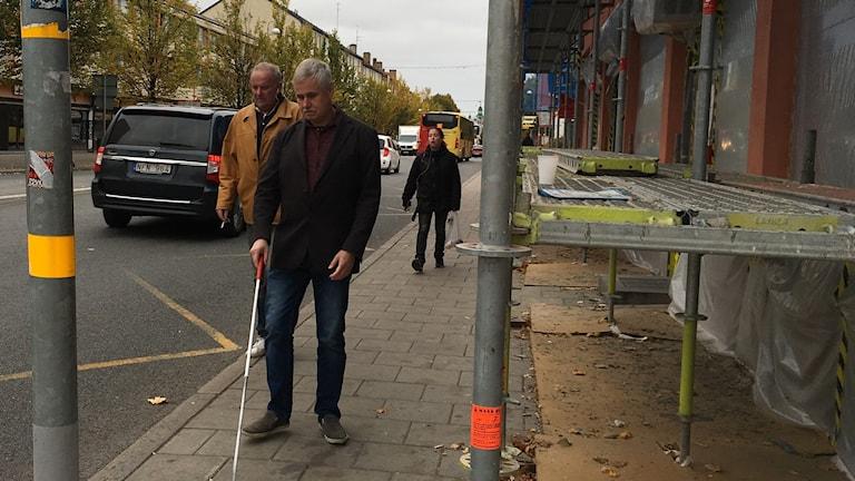 Hindren på trottoarerna blir farliga när man inte ser, säger Lars Engberg, ombudsman i Synskadades riksförbund, som firade Den vita käppens dag på lördagen.