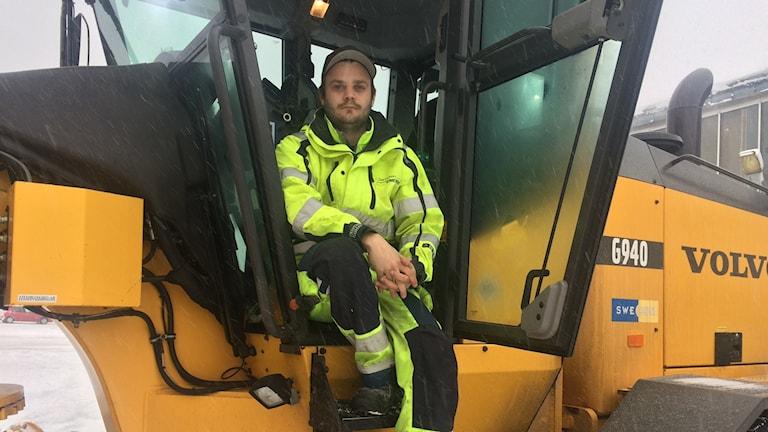 Väghyvelföraren Patrik Lund arbetar i Sandviken med snöröjning.