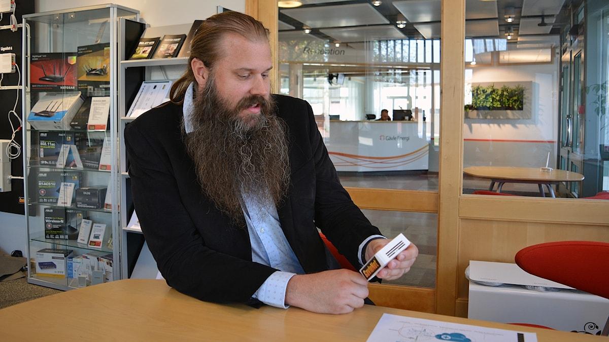 """Sensorn är nyckeln till """"Sakernas internet"""", förklarar Gävle Energis stadsnätsstrateg Stefan Stexgård."""