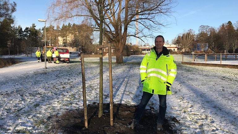 Christian Jansson är parkingenjören som leder torsdagens arbete med att stoppa ner dom nya silverpilarna vid Sätraängarna