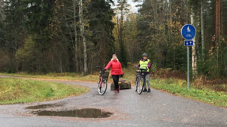 Här vid Skogmursvägen tar cykelvägen från Sälgsjön plötsligt slut, men nu planeras en förlängning. Det ser Inga-Lill Söderlund och Elisabeth Bergström i vägföreningen i Sälgsjön fram emot.