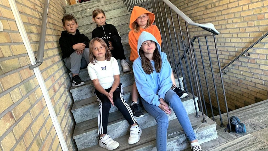 Emma Ekström, som går i fjärde klass i Stråtjära skola, är hon i orange luvtröja. Här med de andra i intervjun som går i allt från tvåan till sexan.